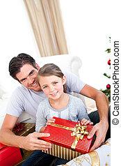 улыбается, немного, девушка, with, ее, отец, держа, , рождество, подарок