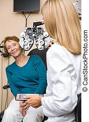 улыбается, старшая, женщина, undergoing, глаз, проверить