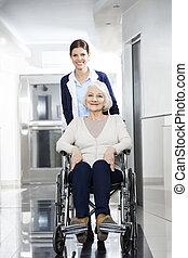 улыбается, физиотерапевт, pushing, старшая, женщина, в, инвалидная коляска
