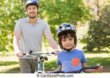 улыбается, человек, with, his, сын, верховая езда, bicycles