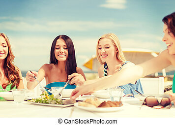 улыбается, girls, в, кафе, на, , пляж