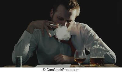 устала, бизнесмен, smokes, and, looks, в, documents,...