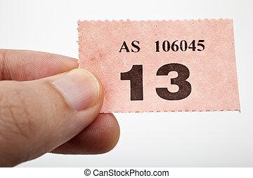 участвовать в лотерее, билет, держа