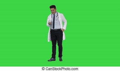 фармацевт, человек, ищу, камера, posing, and, показ, белый,...