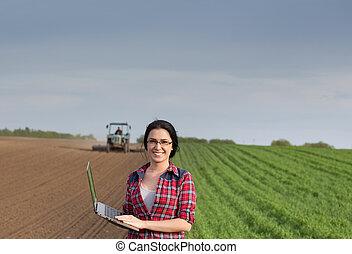 фермер, девушка, with, портативный компьютер, в, поле, with,...