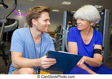 физиотерапевт, в, обсуждение, with, старшая, женский пол, пациент