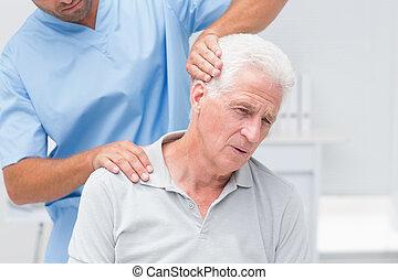 физиотерапевт, пациент, giving, терапия, старшая, физическая