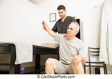 физиотерапевт, помощь, пациент, with, рука, упражнение, в, клиника