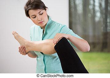 физиотерапевт, сгибающий, колено