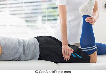 физиотерапевт, человек, за работой, нога