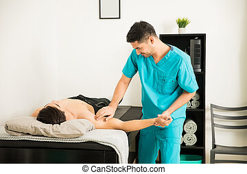 физиотерапевт, massaging, рука, of, пациент, в, клиника