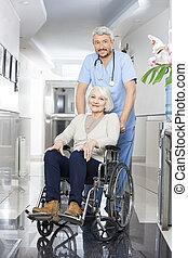 физиотерапевт, pushing, старшая, женщина, в, инвалидная коляска