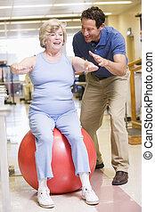 физиотерапевт, with, пациент, в, реабилитация