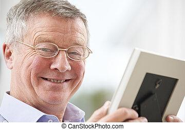 фотография, рамка, ищу, старшая, улыбается, человек