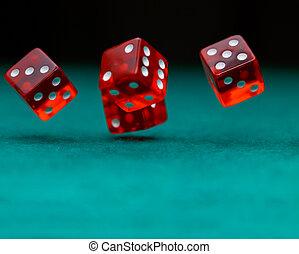 фото, of, несколько, красный, игральная кость, falling, на, зеленый, таблица, на, черный, задний план
