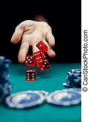 фото, of, человек, бросание, красный, dices, на, таблица, with, чипсы, в, казино