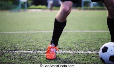 футбольный, игрок, playing, with, мяч, на, поле