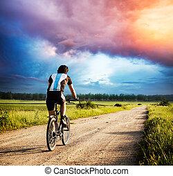 человек, верховая езда, байк, на, страна, дорога, в, закат солнца