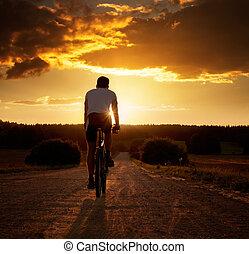 человек, верховая езда, , велосипед, в, закат солнца
