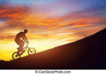 человек, верховая езда, , bmx, велосипед, в гору, против, закат солнца, sky., прочность, challenge.