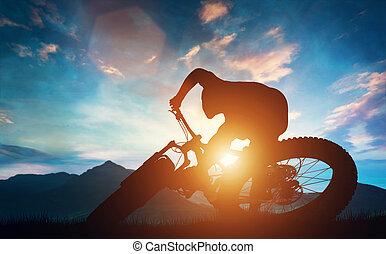 человек, верховая езда, his, велосипед, в, mountains, в течение, sunset.