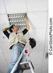 человек, замена, потолок, панель