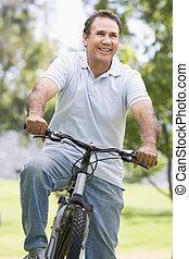 человек, на, велосипед, на открытом воздухе, улыбается