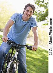 человек, на открытом воздухе, на, велосипед, улыбается