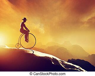 человек, на, ретро, езда на велосипеде, downhill., mountains, декорации