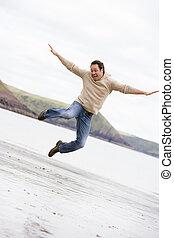 человек, прыжки, на, пляж, улыбается