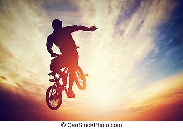 человек, прыжки, на, bmx, велосипед, performing, , трюк, против, закат солнца, небо