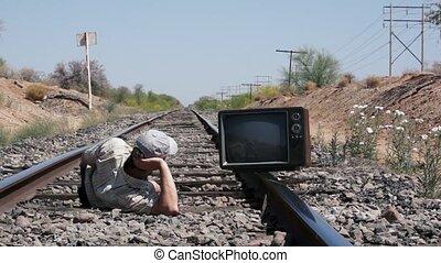 человек, laying, на, поезд, tracks, ретро