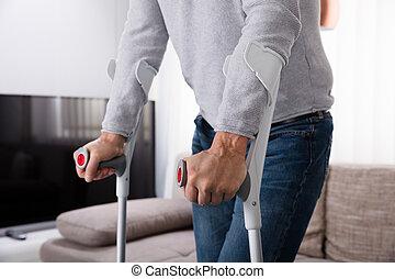 человек, with, сломанный, нога, с помощью, crutches