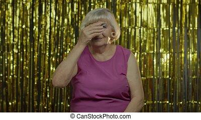 через, прячется, peeping, старый, шпионаж, закрытие, fingers, старшая, портрет, рука, eyes, женщина