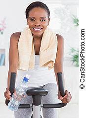 черный, женщина, сидящий, на, упражнение, велосипед