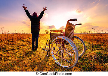 чудо, recovery:, молодой, девушка, gets, вверх, из, инвалидная коляска, and, raises, руки, вверх
