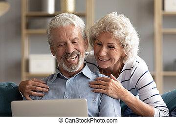 экран, вместе, старшая, пара, улыбается, портативный компьютер, ищу, вверх, закрыть