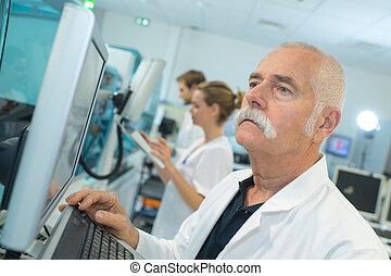 экран, за работой, врач