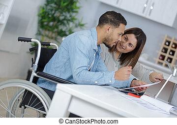 являющийся, инвалидная коляска, человек, assiste, молодой