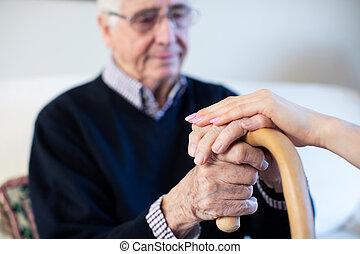 являющийся, несчастный, гулять пешком, comforted, придерживаться, человек, здоровье, старшая, посетитель, руки, женщина