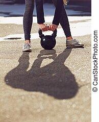 являющийся, kettlebell, поднятый, женщина, фитнес