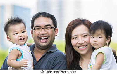אבא, תאומים, ילד אסייתי, אמא, שמח
