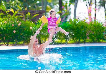 אבא, תינוקת, לשחק בריכה, לשחות