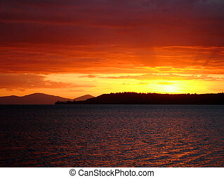 אדום עמוק, שקיעה, מעל, אגם, taupo, (with, וולקני, פסגות, ראה, ב, ה, עזוב, horizon), ניו זילנד