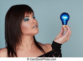 אור, אישה מחזיקה, נורת חשמל