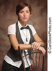 אטרקטיבי, שיער אדום, מבוגר צעיר, נקבה, דמות, לסמוך ב, כסא, נגד, מוסלין, רקע.