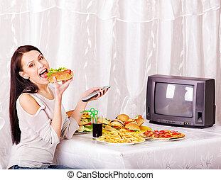 אישה אוכלת, אוכל מהיר, ו, להסתכל, tv.
