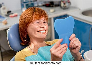 אישה בכירה, ב, ה, של השיניים, משרד.