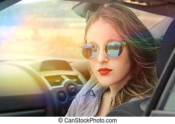 אישה, במכונית