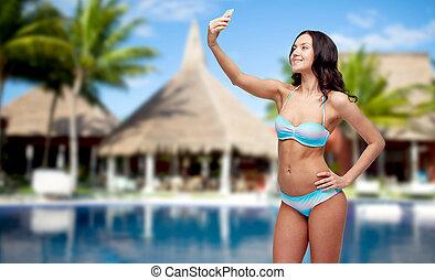 אישה, ב, בגד ים, לקחת, selfie, עם, smatphone